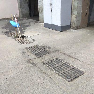 Просадка грунта в районе решеток