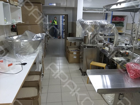 помещениях по периметру были установлены рабочие установки и оборудование, стеллажи, осложняющие проведение площадных работ